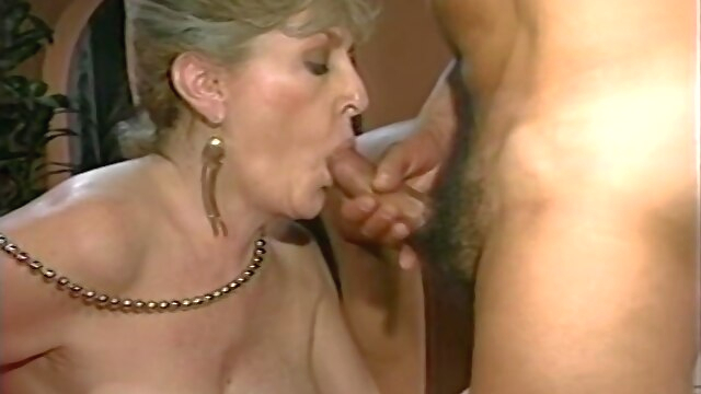 Mature lady.. fingering hairy mature